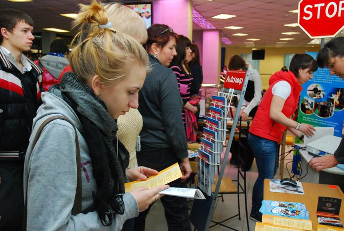 Абитуриенты выбирают ВГУЭС: сотни выпускников пришли на День открытых дверей