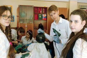 Идет Год Экологии. Ученики ШИОД приняли участие в мастер-классе по изготовлению арт поделок из морского мусора.