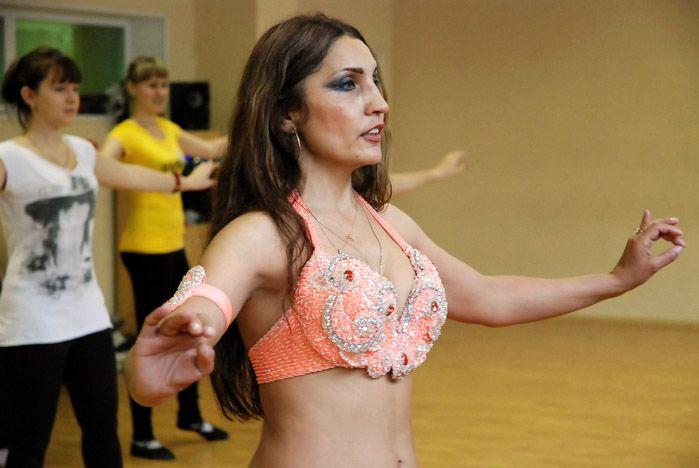 Студенты ВГУЭС направления «Культурология» постигли тонкости восточных танцев на практике