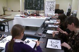 Занятия по каллиграфии в аудитории для изучения японского языка