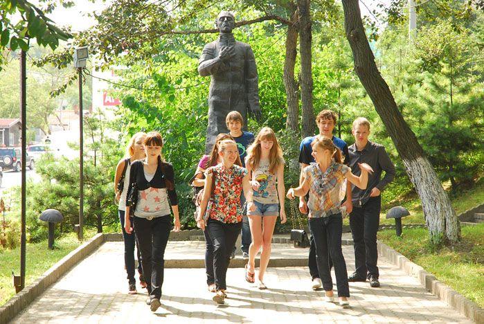 В первые дни учебы первокурсники ВГУЭС пишут стихи в жанре «хокку», вспоминают биографию Осипа Мандельштама и учатся крепко держаться друг за друга