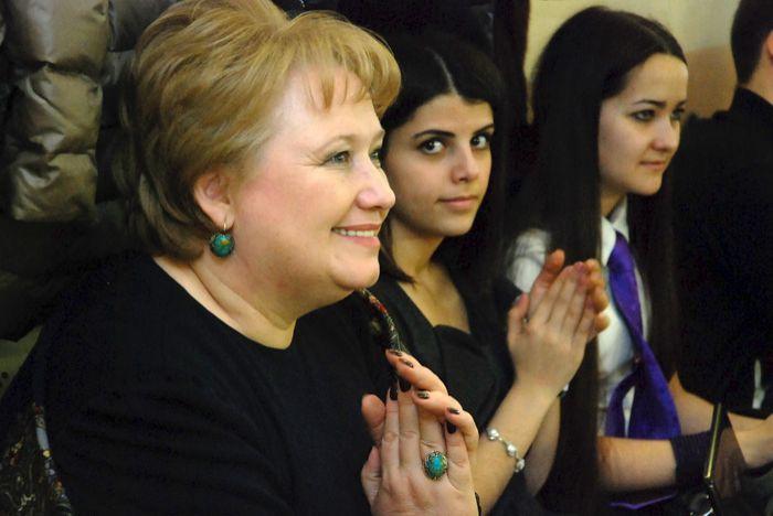 Преподаватель английского языка Елена Фёдорова со своими подопечными