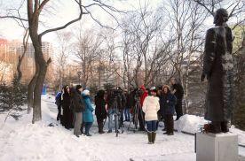 Иностранные студенты собрались у памятника Осипа Мандельштама