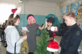Студенты групп ПП 06-01 и РА 06-01 украшают новогоднюю елочку в школе №63 г. Владивостока