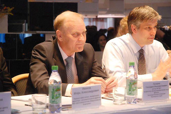 Выступление ректора ВГУЭС Геннадия Лазарева на заседании клуба «Диалоги» с докладом об энергосберегающих технологиях, применяемых в университете.