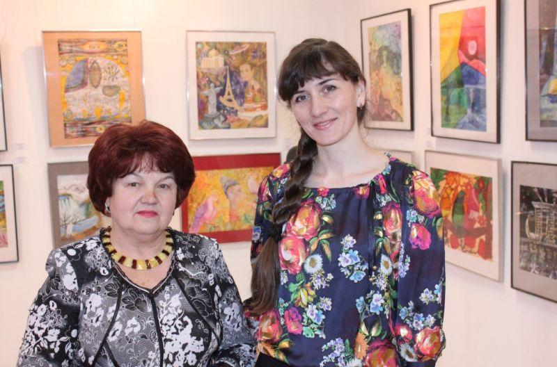 Руководитель художественной школы Юлия Романова и Валентина Дзоз