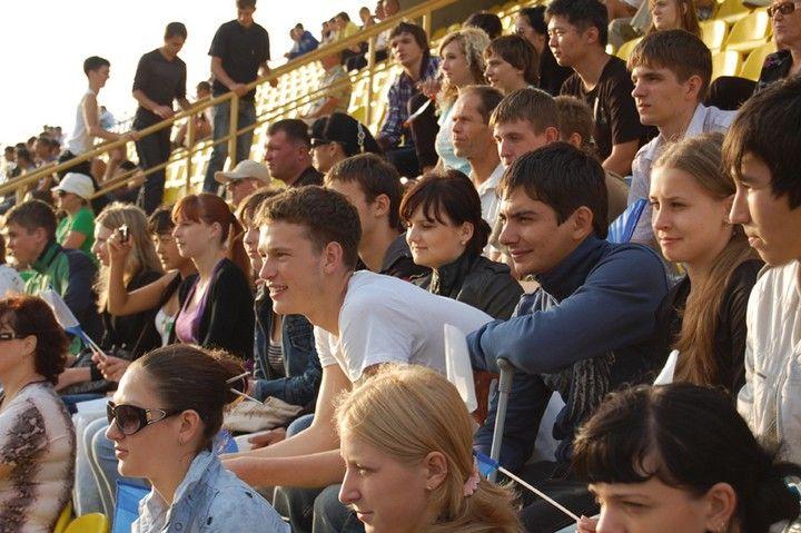 Болельщики из ВГУЭС поддержали участников футбольного матча «Меридианов Тихого»