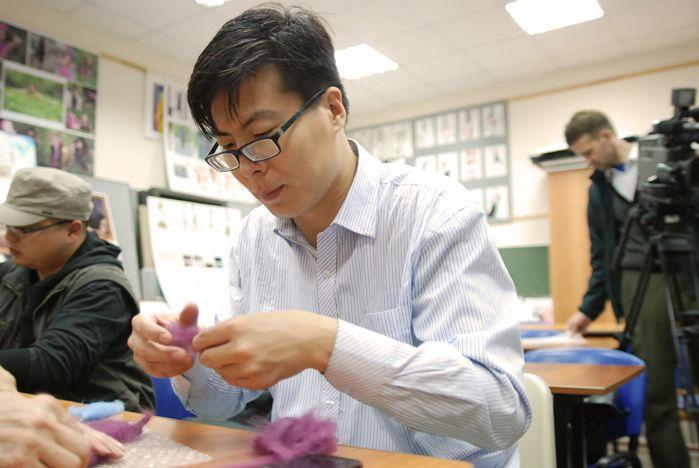 Студенты и преподаватели Шэньянского университета познают искусство валяния войлока