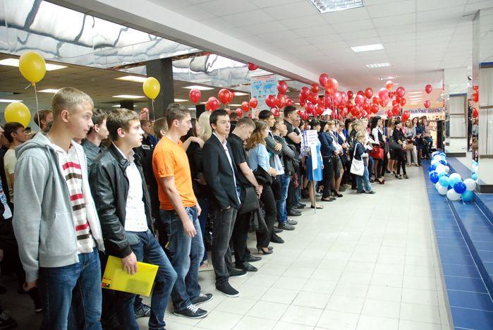 Торжественной линейкой открыли новый учебный год первокурсники ВГУЭС