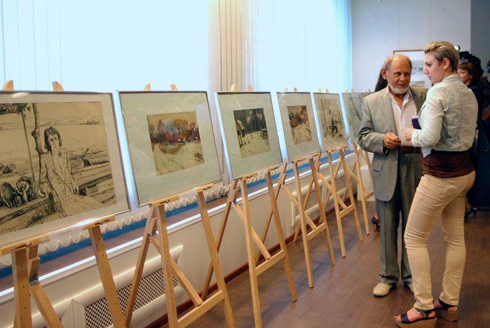 В музее ВГУЭС открылась персональная выставка Игоря Кузнецова