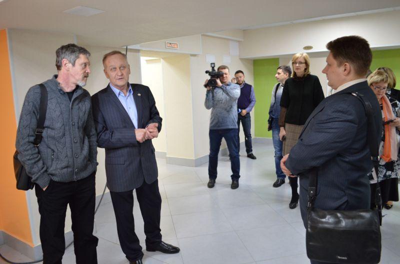 Ректор ведет экскурсию для журналистов по школе
