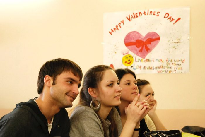 Студенты с интересом смотрят за происходящим на сцене