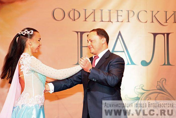 Танцевальный коллектив ВГУЭС принял участие в организации городского «Офицерского бала»