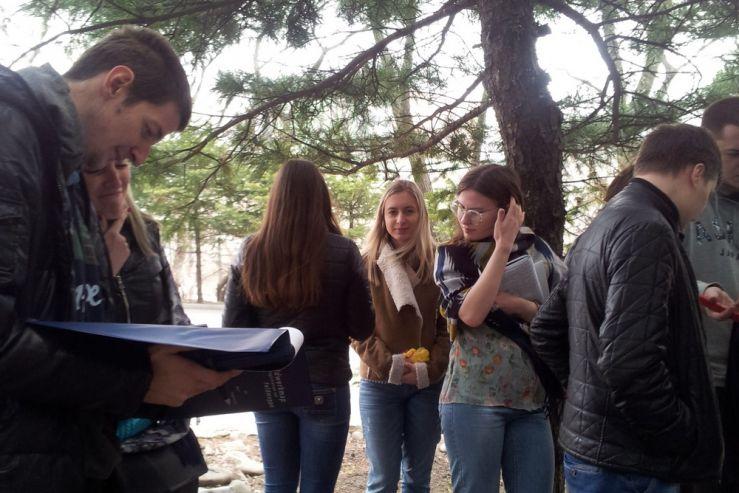 На территории дендропарка ВГУЭС студентами-экологами проводится почвенный мониторинг