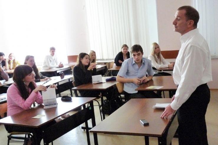 Преподаватели Института иностранных языков и международных отношений ВГУЭС встретились со старшеклассниками ШИОД