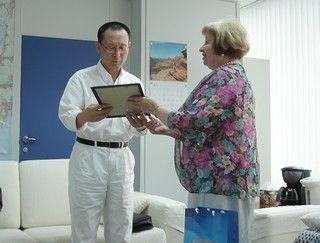 Советник ректора по попечительству вручила в Чангвоне первому почетному профессору ВГУЭС благодарственное письмо ректора
