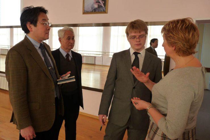 Делегаты из Японии побывали на уроках в Школе-интернате ВГУЭС для одаренных детей