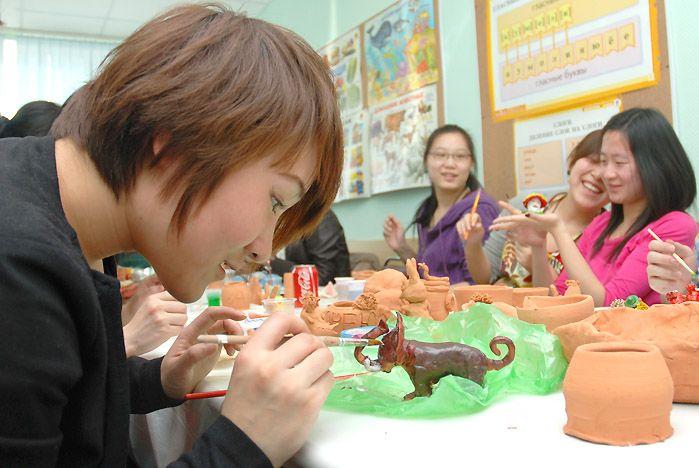 Китайские студенты ВГУЭС научились расписывать под хохлому и раскрашивать матрёшки