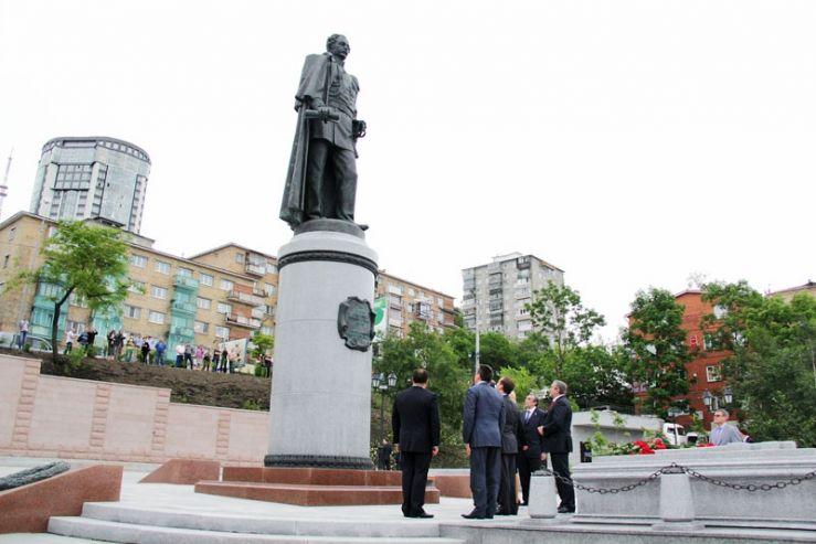 Ректор ВГУЭС - один из спонсоров установки памятника основателю Владивостока
