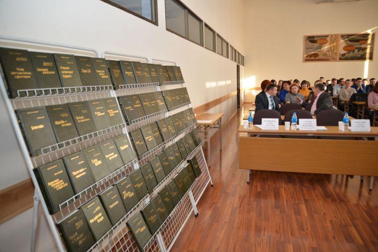 ВГУЭС получил коллекцию книг в подарок от Сбербанка