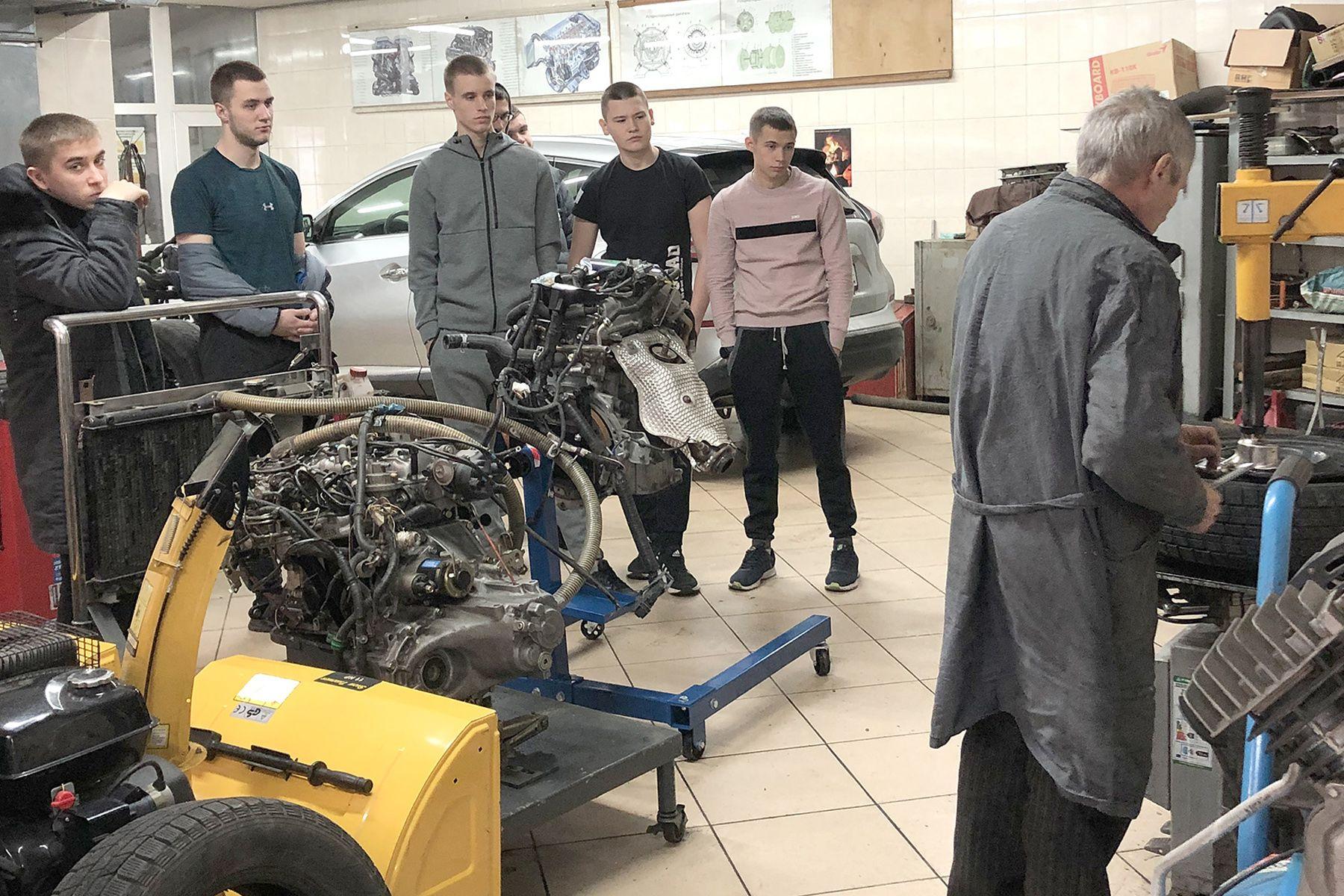 «Готовь сани летом»: старшеклассники и студенты ВГУЭС учатся основам технического обслуживания автомобиля