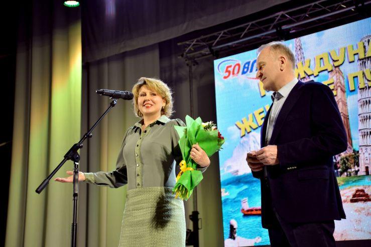 ВГУЭС поздравил прекрасных дам праздничным концертом