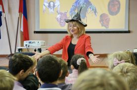 Преподаватель кафедры МКП ИИЯ Татьяна Беркович проводит викторину на лучшее знание традиций празднования Хэллоуин