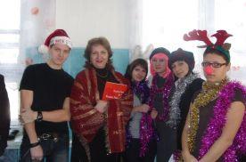Студенты групп ПП 06-01 и РА 06-01 с учителем английского языка Маргаритой Стриж на рождественском празднике в школе №63 г.Владивостока