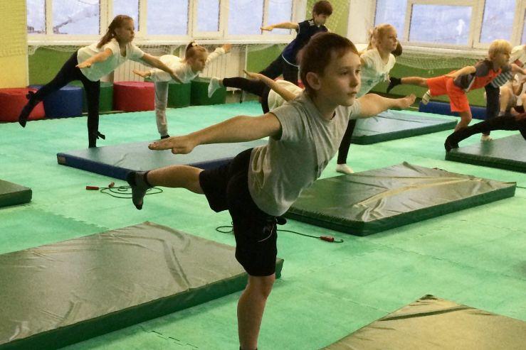Показательные выступления второклассников по гимнастике
