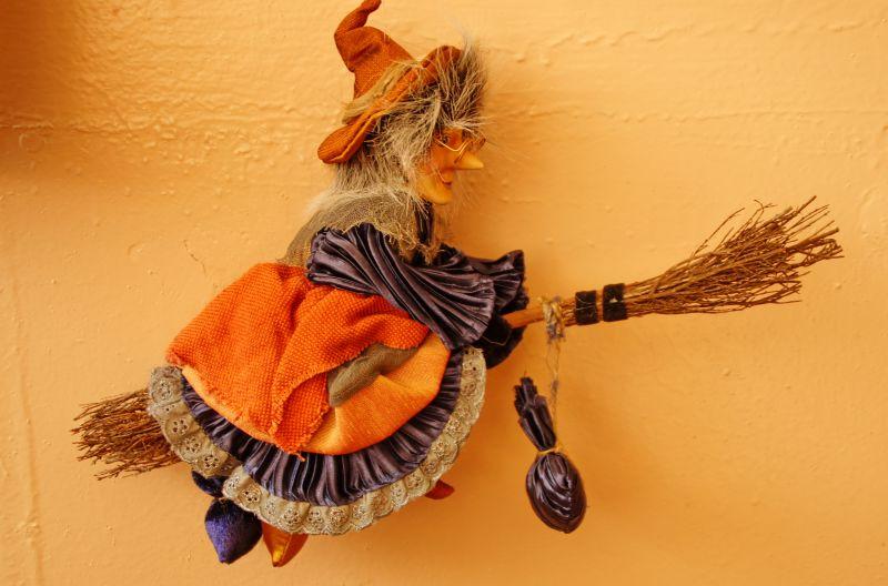 Ведьма-символ страшного, но очень интересного праздника Хэллоуин_ как одно из праздничных украшений в кабинете английского языка школы №40