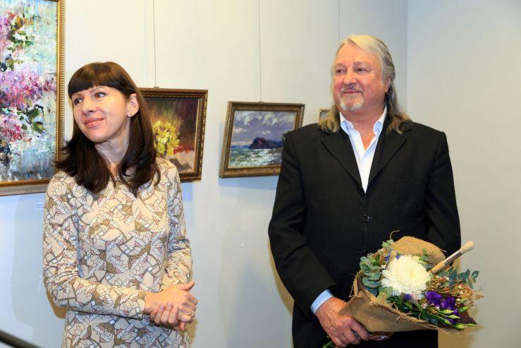 В Музейно-выставочном комплексе ВГУЭС открылась выставка Виктора Убираева «Свет облаков»