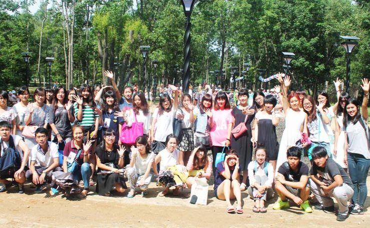 Студенты из КНР побывали на открытии «Аллеи здоровья» в городском парке.