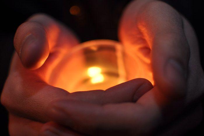 Ректор ВГУЭС Геннадий Лазарев вместе со своими студентами зажег свечу в память жертв трагических событий в Японии