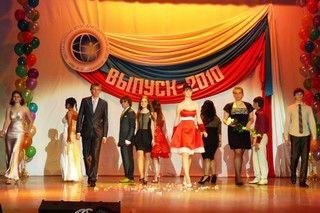 Выпускной бал для учеников Школы-интерната ВГУЭС имени Николая Дубинина прошел в театре Андеграунд.