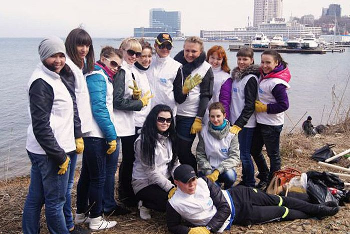 Волонтеры ВГУЭС отметили День Земли ударной весенней уборкой: «Неделя субботников», уборка побережья и флеш-моб