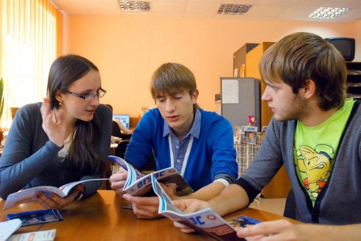 Участники пресс-клуба ВГУЭС получили эксклюзивные подарки