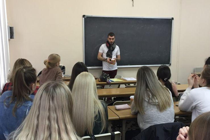 Анатолий Черепанов, совладелец и управляющий директор сети магазинов здорового питания Veggy Shop, встретился со студентами-международниками.
