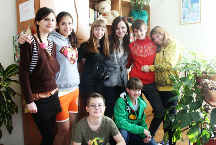 Бойцы педагогического отряда «Территория Инициативы» ВГУЭС дарят малышам фотографии на память