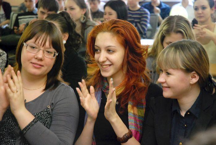 Студенты аплодируют участникам тематического вечера