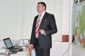 Заместитель директора ИМБЭ Михаил Афанасьевич Сорокин рассказал учащимся экономического профиля о тонкостях обратной психологии и экономическом мышлении