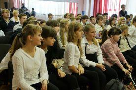 В актовом зале школы № 40 собрались ученики 6-х,8-х и 9-х классов, чтобы узнать о традициях празднования Хэллоуин