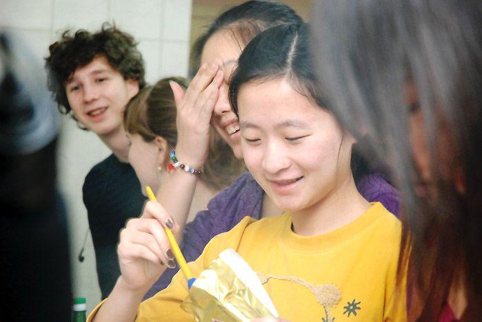 Китайские студентки ВГУЭС научились печь русские блины