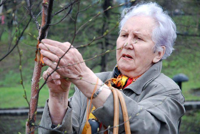 Ветераны войны и труженики тыла продолжают традицию высадки деревьев на аллее Памяти