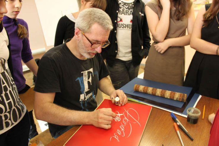 11 мая состоялась встреча учеников детской художественной школы с мастером каллиграфии Дмитрием Рыжовым.
