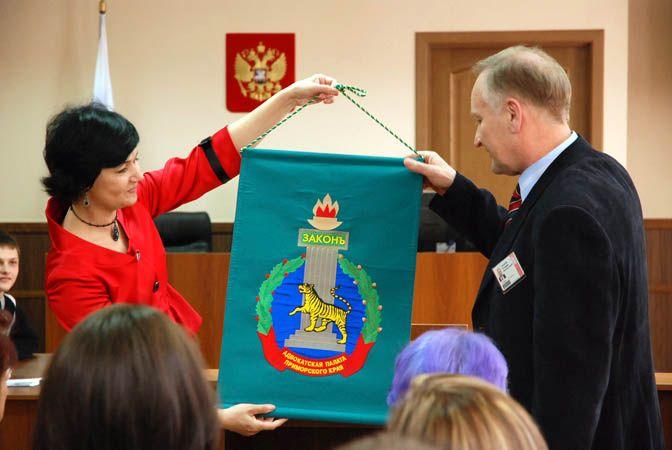 Новый зал судебных заседаний во ВГУЭС стал предметом восхищения известных юристов.