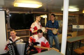 Русские народные песни под аккомпанемент испанского студента Санчеса Сан Хосе Виктора