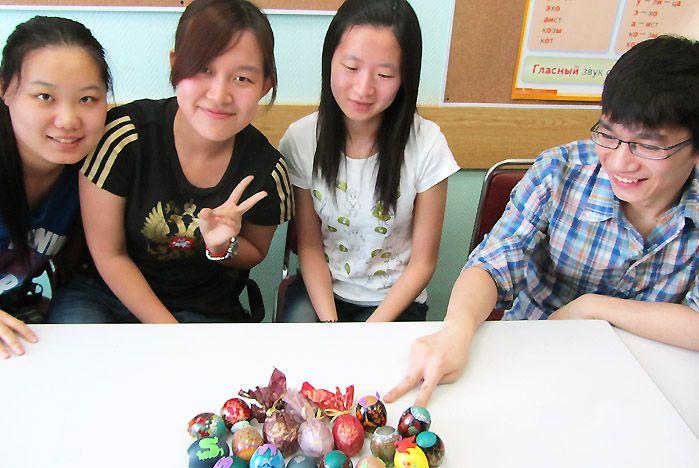 Студенты ВГУЭС из КНР пекли куличи и красили яйца к Пасхе