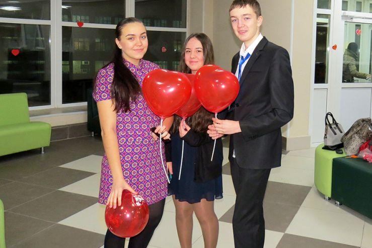 Праздник романтиков и влюбленных окрасил школу в красно-розовый цвет