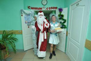 Дед Мороз и Снегурочка поздравили с Новым годом ребят из общежития ШИОД