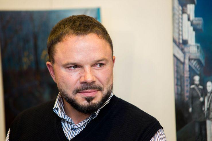 «Немного света на холсте»: самобытные картины Василия Красюка в музейно-выставочном комплексе ВГУЭС